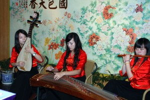 Traditional ErHu and Pipa music to accompany dinner on the boat